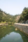 Courbes et ruisseau de route Photographie stock