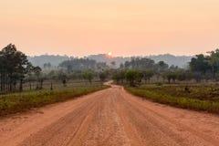 Courbez la route dans la vallée avec le lever de soleil et la brume photos stock