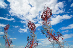 Courbez la tour d'antenne de communication de téléphone portable avec le ciel bleu Photographie stock