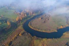 Courbure de la rivière de Sorot, après-midi d'octobre Pushkinskie sanglant, Russie photo libre de droits