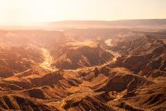 Courbure en fer à cheval en canyon de rivière de poissons le jour ensoleillé chaud, Namibie image libre de droits