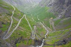 Courbures d'épingle à cheveux de Trollstigen dans la fin  photos libres de droits