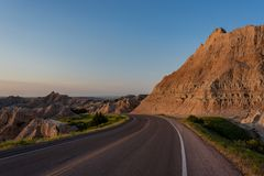 Courbures de route par des formations de bad-lands images libres de droits