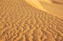 Courbures, dessins sur le sable dans le désert un jour ensoleillé lumineux Image stock