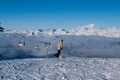 courchevel法国准备好的乘驾滑雪者 库存照片