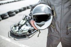 Coureur avec le casque sur la voie de kart images stock