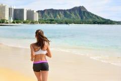 Coureur courant de femme pulsant sur la plage courue dehors Photographie stock libre de droits