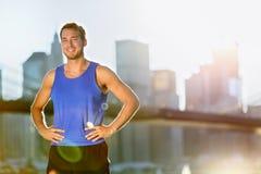 Coureur d'homme d'athlète de sport - horizon de New York City images libres de droits