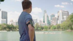 Coureur d'homme pulsant en parc Formation courante de forme physique masculine convenable de sport avoir le reste banque de vidéos