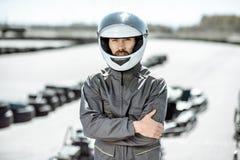 Coureur dans les vêtements de sport sur la voie de kart photos libres de droits