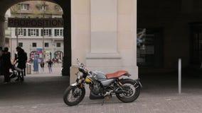 Coureur de café de moto banque de vidéos