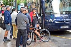 Coureur de cycle regardant dans l'humeur songeuse Photo stock