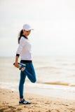 Coureur de femme fonctionnant sur la plage Images libres de droits