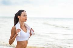 Coureur de femme fonctionnant sur la plage Photo libre de droits