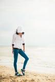 Coureur de femme fonctionnant sur la plage Photographie stock libre de droits