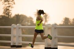 Coureur de femme sprintant dehors image libre de droits