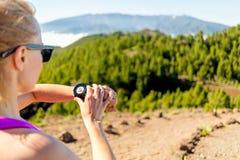Coureur de pays croisé regardant la montre de sport images libres de droits