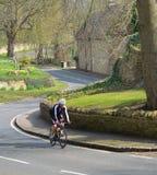 Coureur de route de cycle sur une route de campagne chez Odell Bedfordshire Images stock