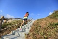 Coureur de traînée de femme de forme physique fonctionnant sur des escaliers de montagne Photo stock