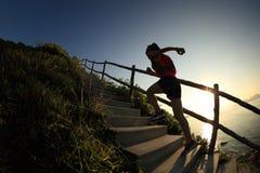 Coureur de traînée de femme fonctionnant sur des escaliers de montagne Photos libres de droits