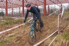 Coureur de vélo de montagne avec la boue Photos stock