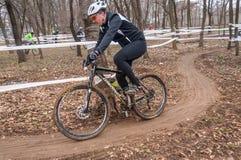 Coureur de vélo de montagne sur la boue Photographie stock