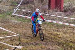 Coureur de vélo de montagne sur la boue Images libres de droits