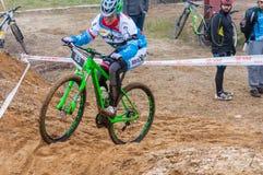 Coureur de vélo de montagne sur le sable Images stock