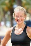 Coureur en bonne santé sportif de femme écoutant la musique Photos libres de droits