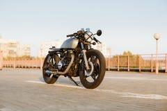 Coureur fait sur commande de café de moto de vintage argenté Photographie stock
