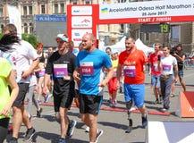 Coureur handicapé sur le marathon Homme avec le fonctionnement de jambe de prothèse photographie stock libre de droits