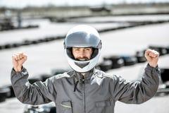Coureur heureux sur la voie de kart photo stock