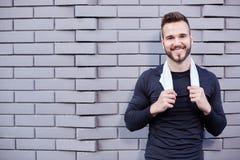 Coureur masculin de sourire dans la chemise photo stock
