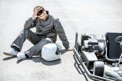 Coureur perdant la course de kart images stock