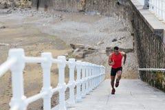 Coureur sprintant pour la formation de puissance de jambe image libre de droits
