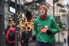 Coureur sur la course traditionnelle de Noël de Vilnius photo stock