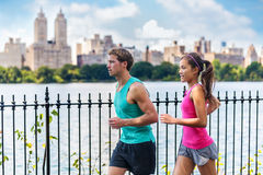 Coureurs courants de couples s'exerçant, Central Park, NYC Image stock