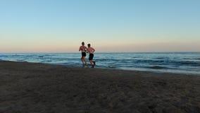Coureurs dans la plage photos stock