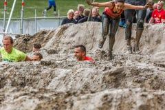 Coureurs dans un obstacle de boue Photos stock