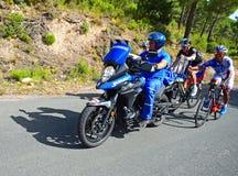 Coureurs de cycle se tenant dessus sur la La Vuelta España de vélo de Shimano Images stock
