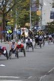 Coureurs de fauteuil roulant dans le marathon 2014 de New York City Photographie stock libre de droits