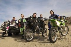 Coureurs de motocross avec les motos et le camion pick-up dans le désert image stock
