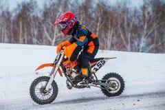 Coureurs de petit garçon de plan rapproché sur la moto Photos stock