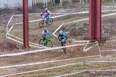 Coureurs de vélo de montagne sur la boue Image libre de droits
