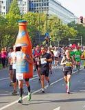 Coureurs et une bouteille chez Berlin Marathon 2014 Photographie stock libre de droits
