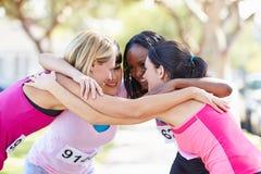 Coureurs féminins félicitant un un autre après course Photos libres de droits