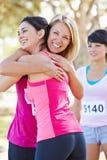 Coureurs féminins félicitant un un autre après course Photographie stock libre de droits