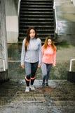 Coureurs femelles prêts pour la séance d'entraînement urbaine d'escaliers de hiit Image libre de droits