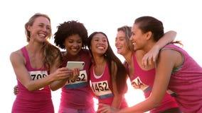 Coureurs soutenant le marathon de cancer du sein et prenant des selfies banque de vidéos