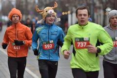 Coureurs sur la course traditionnelle de Noël de Vilnius photographie stock